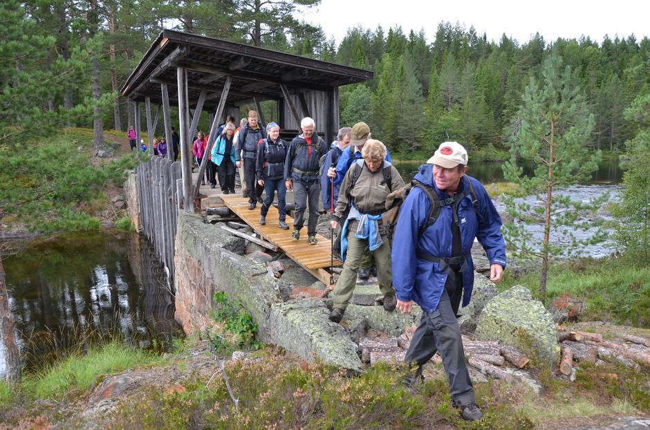 Saltveien ved Søvassdammen: Knapt noen steder i Drangedal er en så autentisk fløtningsdam, stall og tømmerkoie stående intakt som ved Søvassdammen.