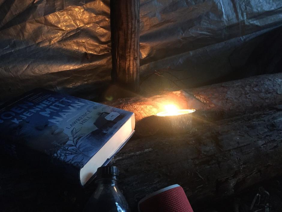 Når mørket senker seg blir det en trolsk og fin stemning å ligge og lytte til lydene fra naturen eller lese spennende historier høyt for hverandre.