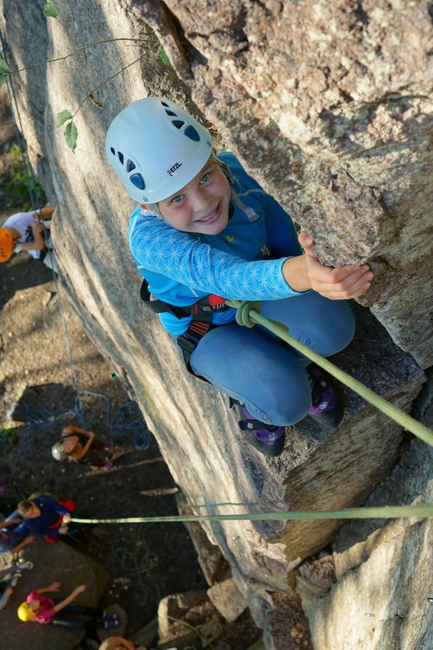 Dina Emilie klatrer på Husvik med Klatregruppen