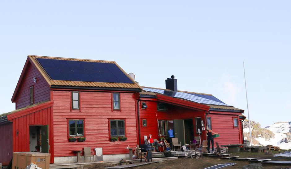 NYTT TAK: Det tradisjonelle torvtaket er byttet ut med solcellepanel.