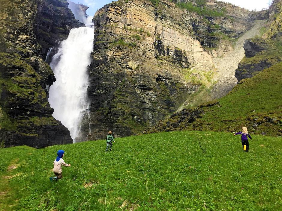 Medlemmer av Troms Turlag og lokallagene har mange fordeler - blant annet bedre priser på elvebåttur opp Reisadalen - her ved Mollisfossen, på vei opp til Nedrefosshytta.