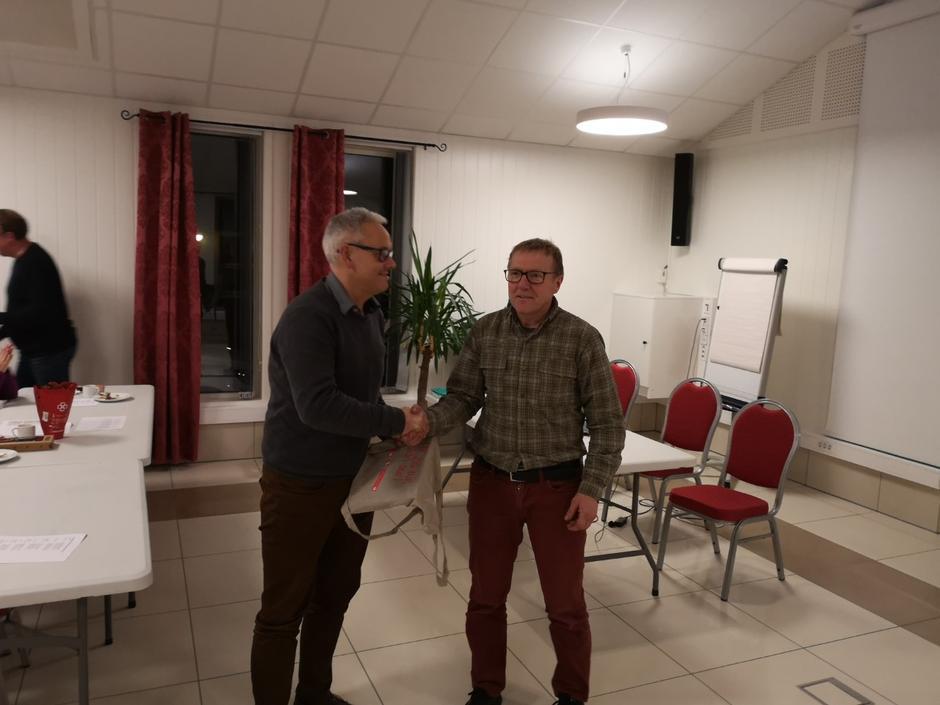 Ronny Iden går ut av styret etter lang og god innsats, og blir takka av leiar Kjell Arne Hjellbrekke.