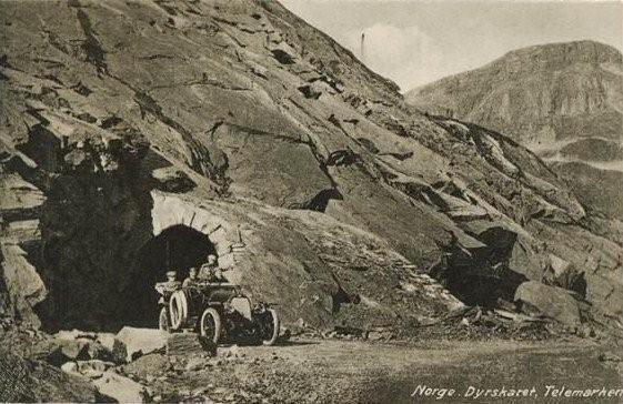 Gamleveien ved Dyrskar. Veien stod ferdig i 1889, etter 32 års anleggsarbeid, og er landets eldste, veisambandmellom Øst- og Vestlandet.