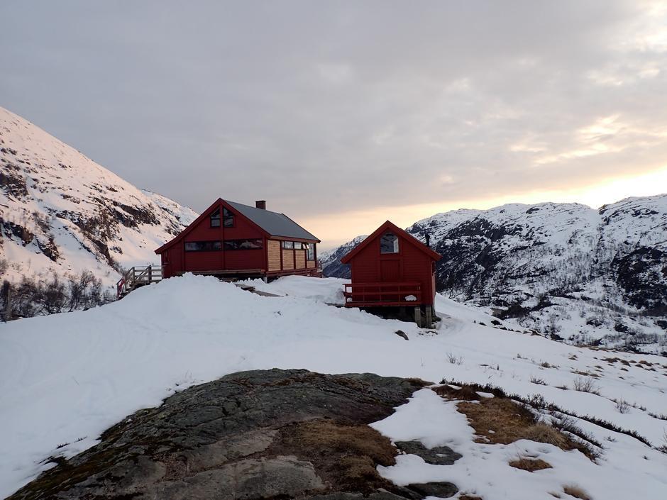 Blåfjellenden 18. april. Skiforhold, men det minker på snøen nå.