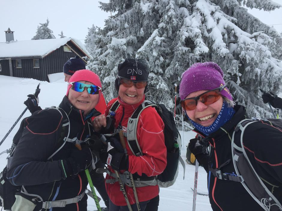 Glade turjenter på ski fra Sjusjøen til Gåsbu