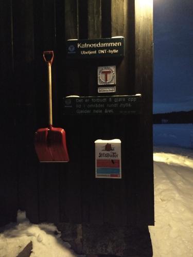 Navneskilt Katnosdammen tatt på en januarkveld.
