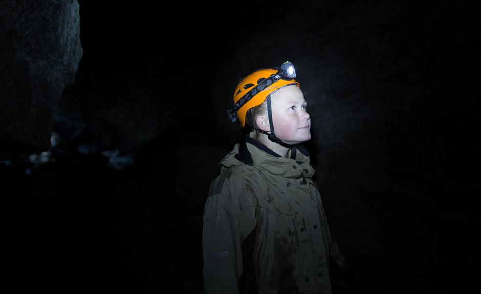 Vårin Bruvik under bakken i Dumdalsgrotten i Bøverdalen.
