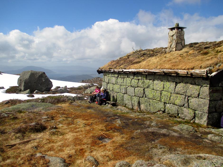 Vardhaugselet ligg fint til på Svanaheia, ved foten av Vardhaugen. Turen går innom her.