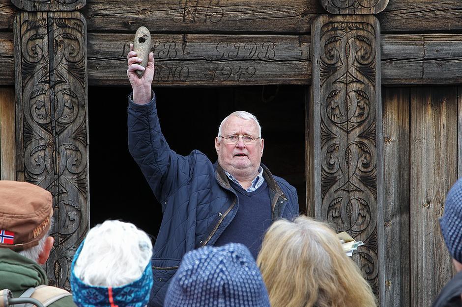 Walfried Brandt på Uppigard Bolkesjø. Her viser fram ei 6 000 år gammel steinøks.