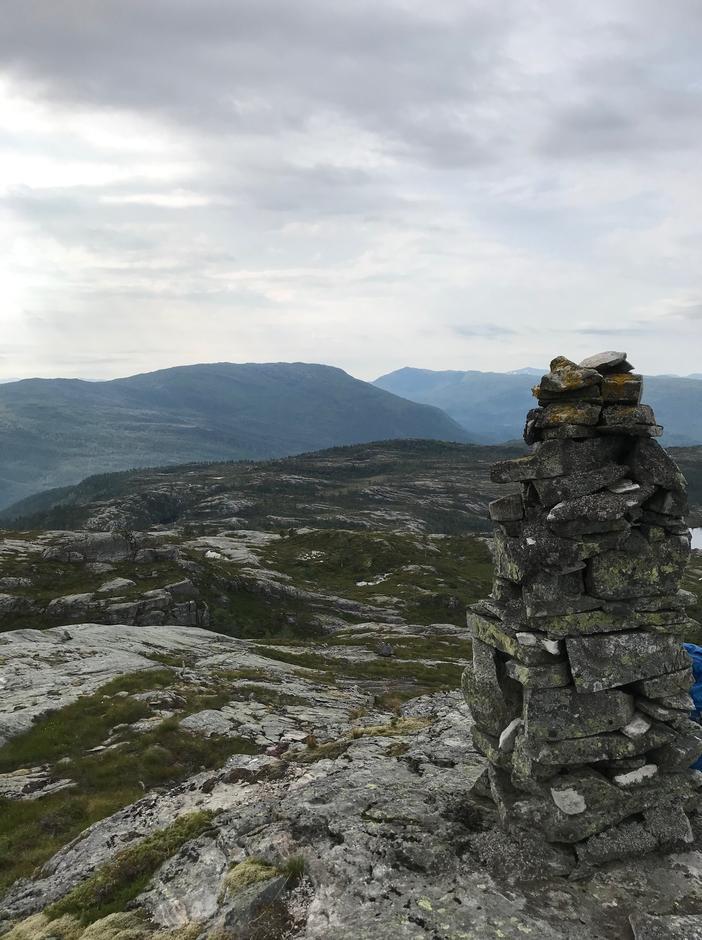 Torsdag 13.8. Rast etter 1 t. Stor varde Melkinghaugen (559 moh). Rispingen (742 moh) til venstre, Brøknipa (822 moh) deretter. Gullfjellet skimtes helt bak.