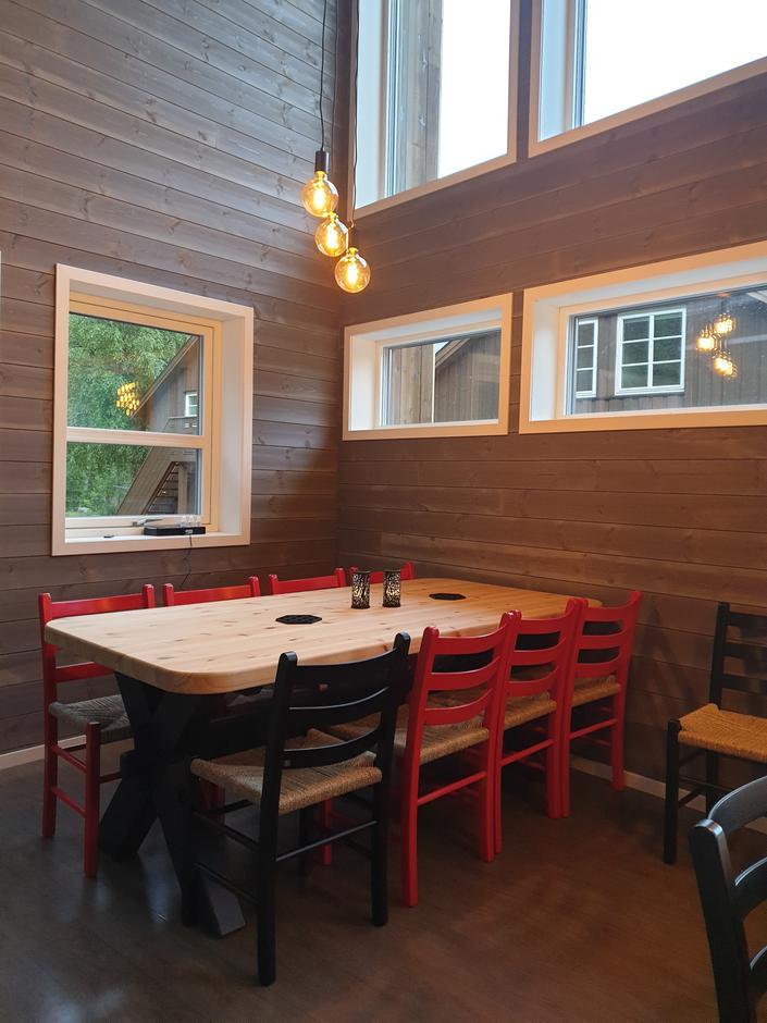 Spisekrok med tre slike bord. God plass til både mat og prat.