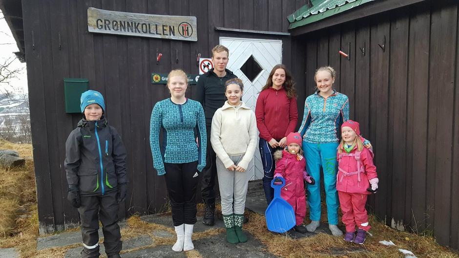 Her er noen frivillige fra både Barnas Turlag og DNT ung på dugnad på Grønnkollhytta