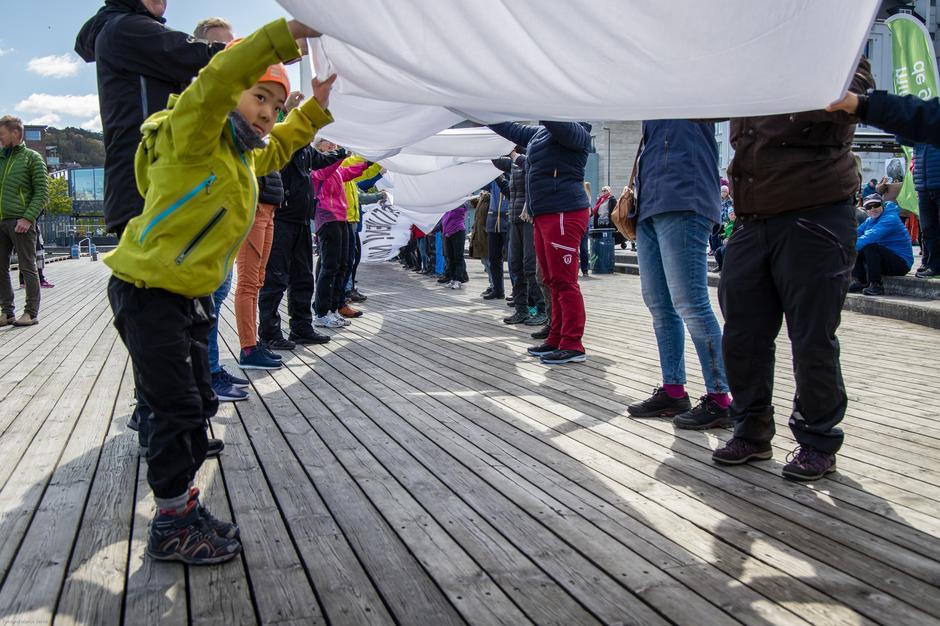 300 mennesker løfter i flokk for å markere at de ikke vil ha mer nedbygging av naturen.