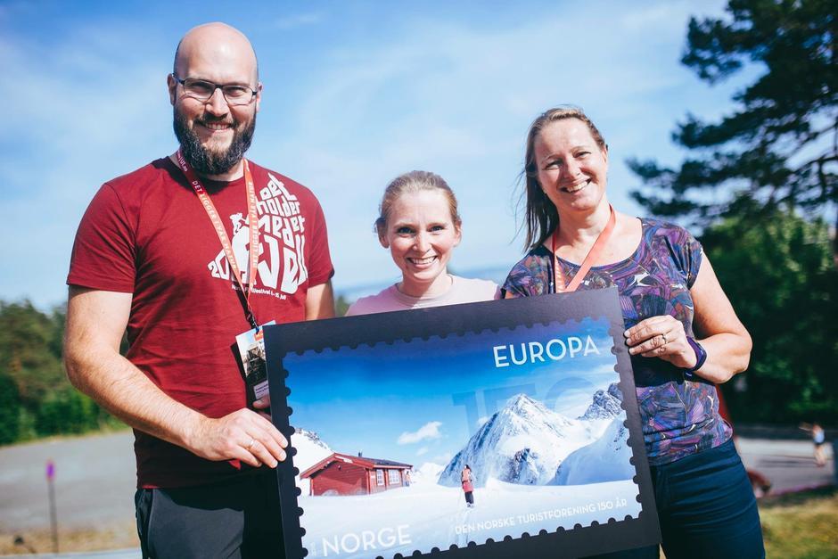 Posten Norge offentliggjorde de nye frimerkene på DNTs landsmøte i Oslo lørdag 9. juni. MRTs representanter fra vesntre: Arnstein Salthammer Eide, Maria Holo Leikarnes og Marit Holen.