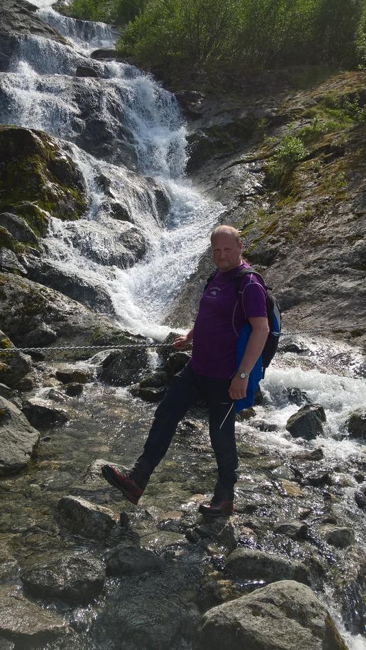 Turleiar Knut Furu Strømmen kryssar elva Skredbakka.
