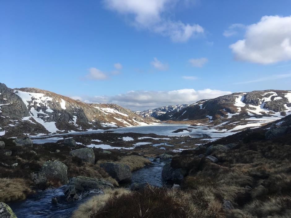 Mulig å gå til fots mellom Flørli i Lysefjorden og Hunnedalen via Blåfjellenden.