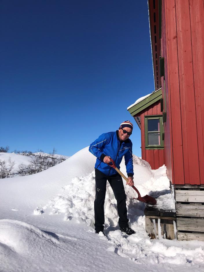 Carl Petter Osmundsen gjør klart i solveggen på Taumevatn.