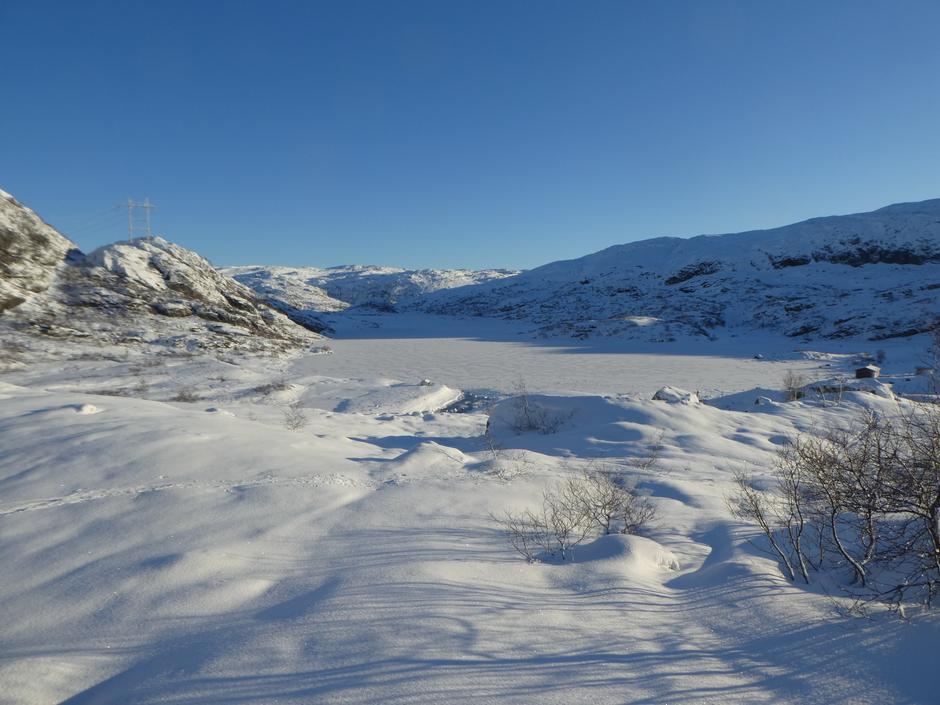 Vinteren er kommet til hyttene ved Grautheller. Isen er ikke farbar enda.