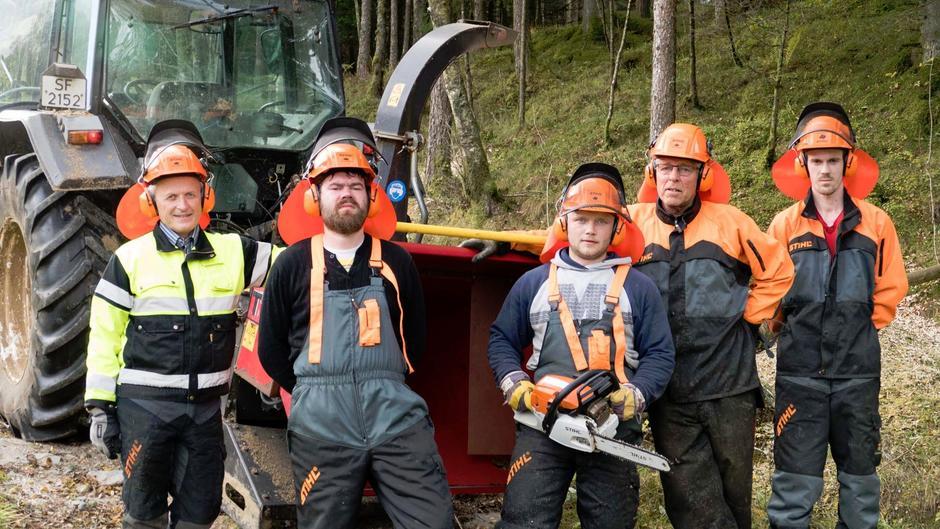 Fire kilometer turveg er skoga og kvista mellom Ølen og Etne. Leif Grindheim (t.v.) har vore prosjektleiar for gjengen som har stått for arbeidet. Her er dei representert med Espen Osa, Mateusz Sobieraj, Jon Aarekol og Kevin Lawson.