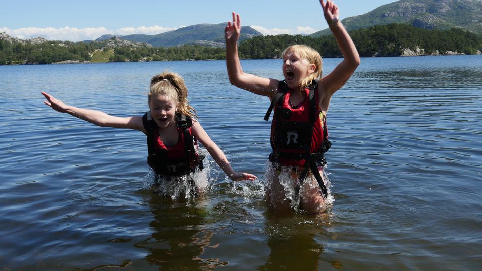 Ifølge Elise og Isabel er det aller gøyeste å bade med redningsvest