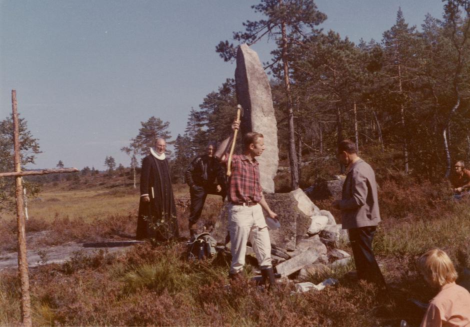 Biskopstolen. Bispevegvandring i 1973. Torstein Skaali med øks og sokneprest Sørensen lengst bak.