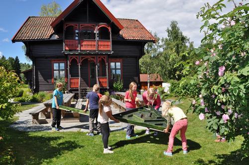 Labyrintlek foran hovedhuset på Sæteren Gård