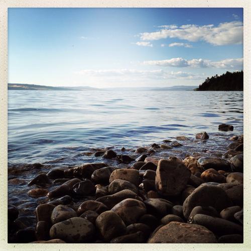 En varm julidag. Utsikt over Mjøsa og Helgøya, fra Stange vestbygd.