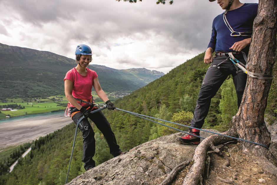 NEDFIRING: På fjellsportkurs blir deltakerne kjent med tau, fjellklatringens sjargonger og å stole på utstyret.