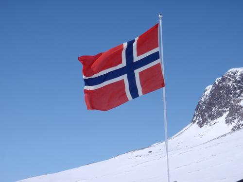 Prestholtseter.  Fint med flagget i den norske fjellheimen.