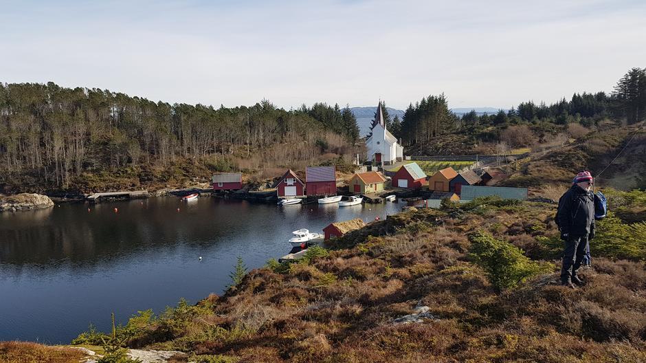 Naustmiljø, Hjelme gamle kyrkje og dagens turleder.