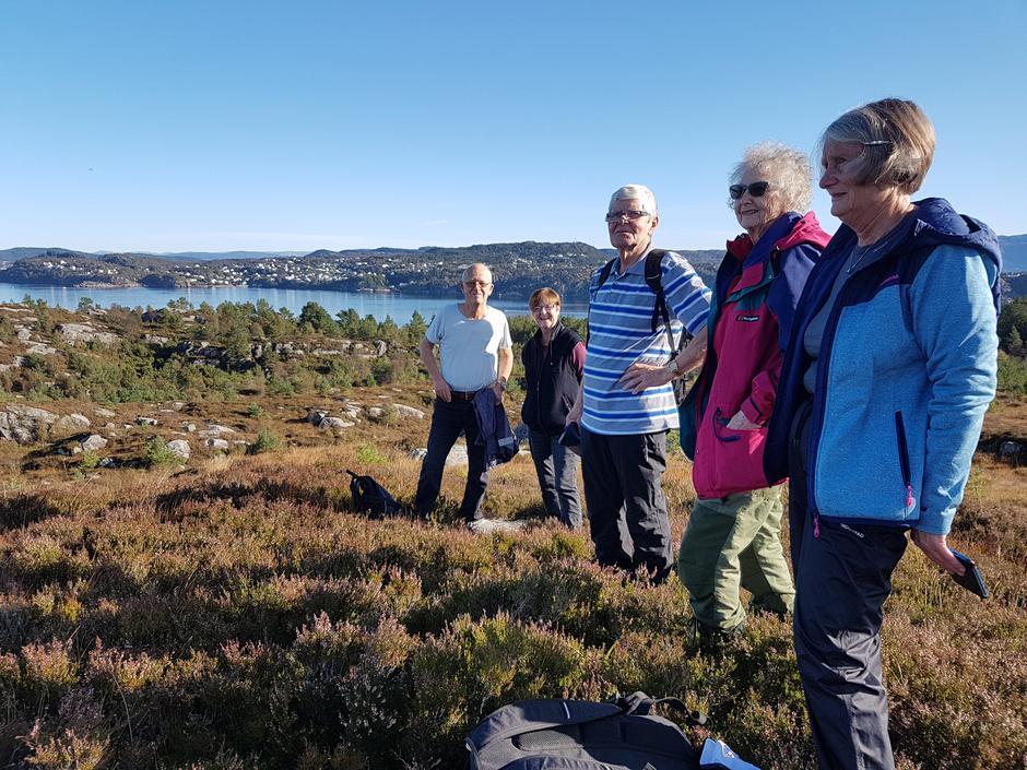 Her nyter vi utsikta over deler av Vågo, Anglavika og Hjeltefjorden. Askøy i bakgrunnen