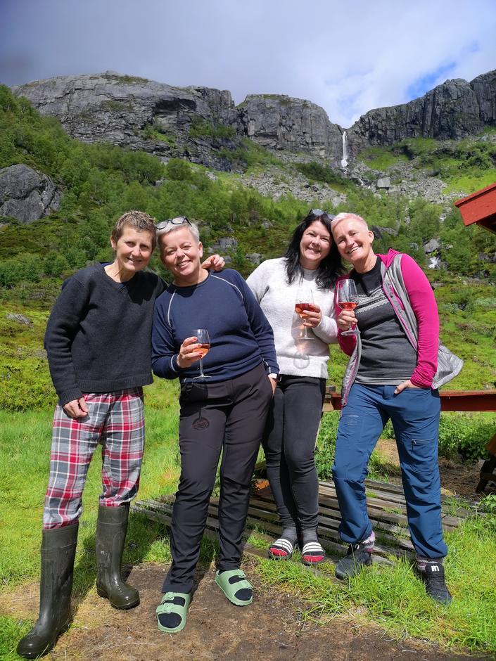 Noen av brudens venninner har ankommet Sandsa turisthytte.