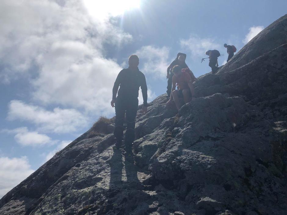 Skodda lettar på veg opp til toppen av Storehesten.