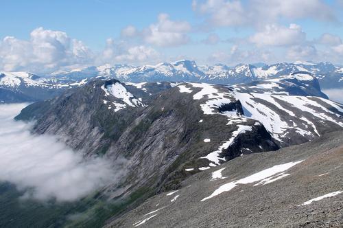 Utsikt frå Ljosuregga mot dei komande toppane - Slettfjellet, Lianibba og med Nokkenibba til høgre i enden av fjellryggen.