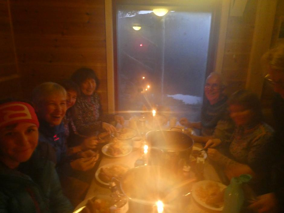 God middag, godt selskap og god stemning i Kalvedalshytta.