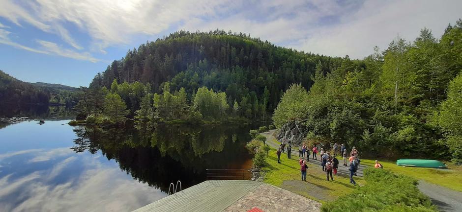 Ved brygga ovenfor Stifoss. Rett bak er høydemerker risset inn i fjellet.
