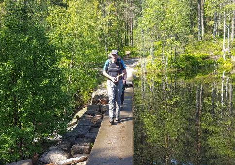 Turleder Erik på vei over damkrona på Gamledammen.