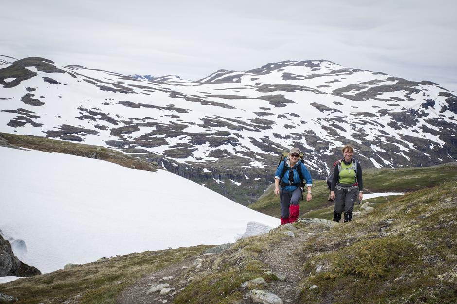 To vandrere, Asbjørg og Helene, mellom Østerbø og Geiterygghytta.