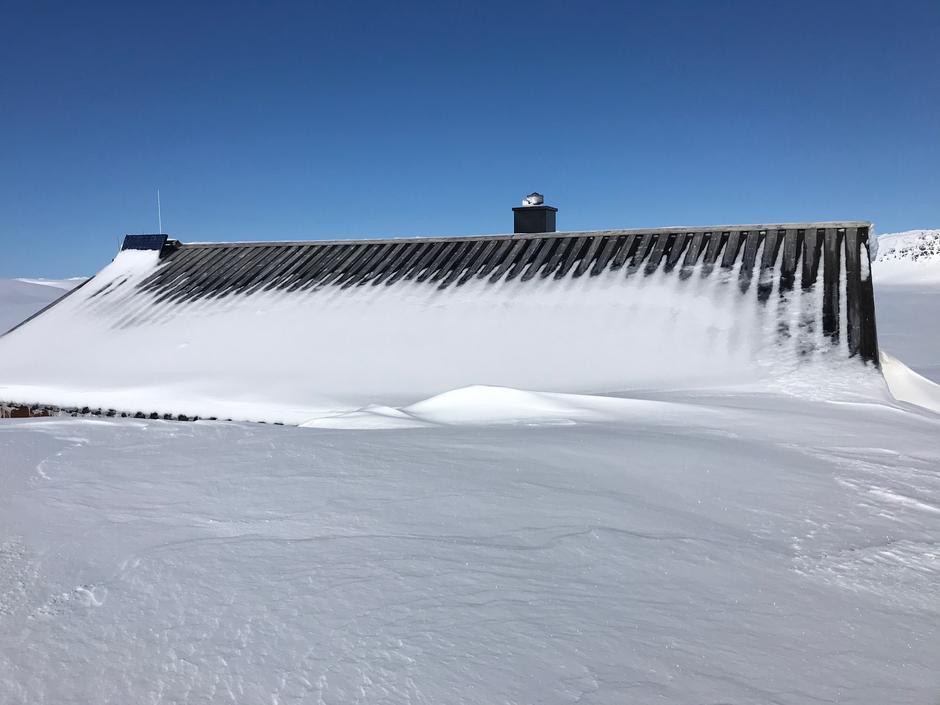 Bildet er fra Hovatn 24 mars. Mye snø i fjellet og sannsynlig at det blir liggende en stund ut i juni. Det er derfor håp om muligheter til vårskiturer senere, men akkurat nå bør hyttene få stå ubrukte.