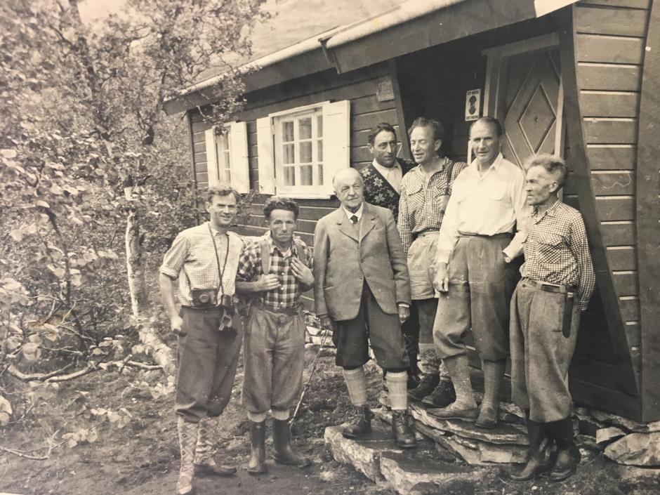 Til minne om sin far Fredrik Arentz, ga sønnen Erik Arentz (nr. tre f.v.) 200 000 kroner til DNT i 1954. T.v. står Claus Helberg, DNTs kjente ruteinspektør.