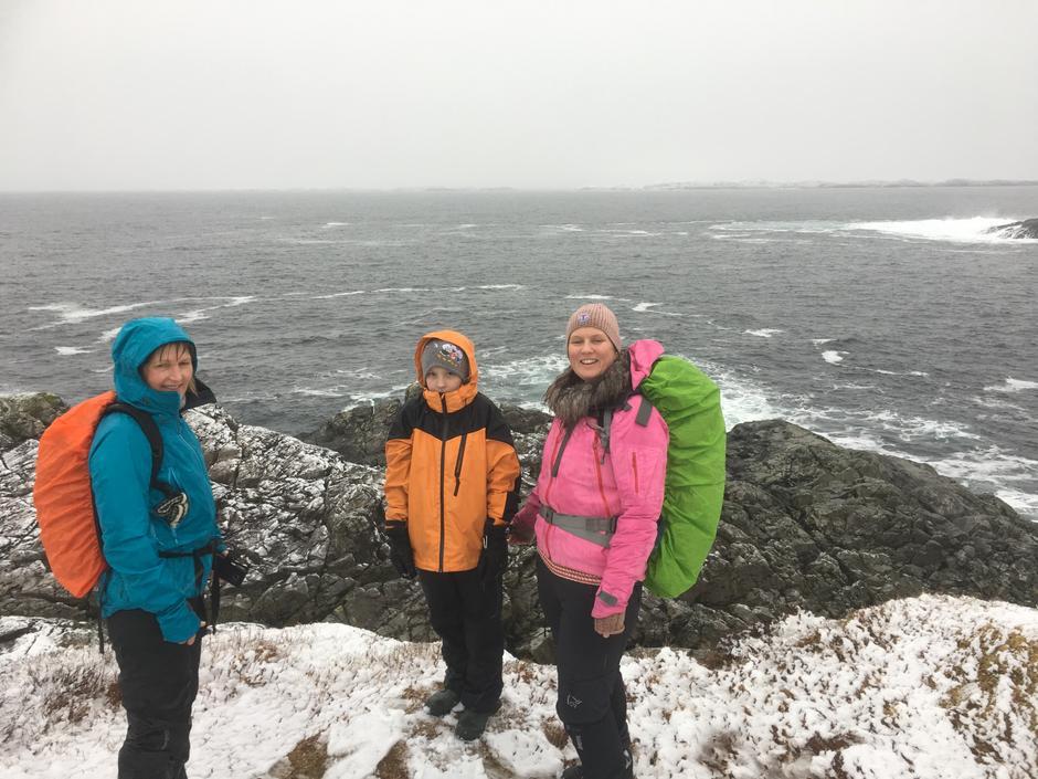 På Gavelen - yst på Krossøyløypa. Turleiar Bente Semmingsen Fivelsdal i rosa jakke.