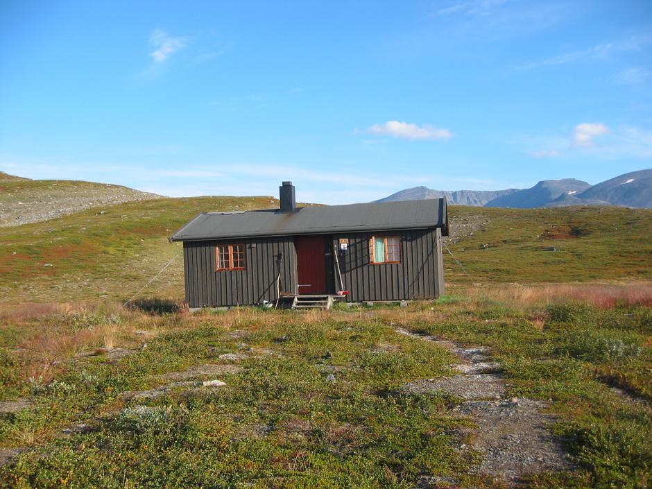 Den eldste Vuoma-hytta skal nå rives og fraktes ned fra fjellet.