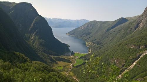 Utsikt ned til Lånefjorden frå Brudalen