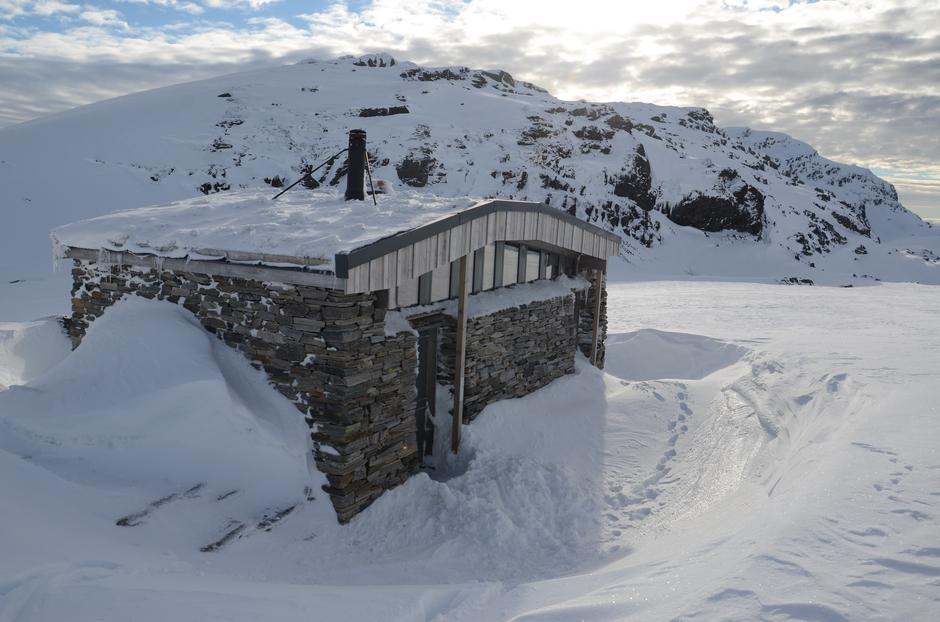Fredag 19.3: Gode skiforhold over 1000 moh i Kvammafjella. Doen på Breidablik med Skrott (1320 moh) i bakgrunnen.