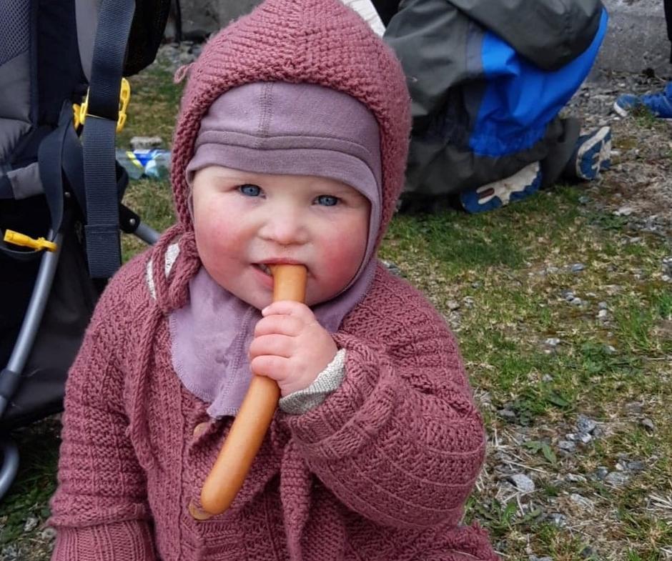 Årets yngste deltager. 1,5 år nyter litt mat på toppen