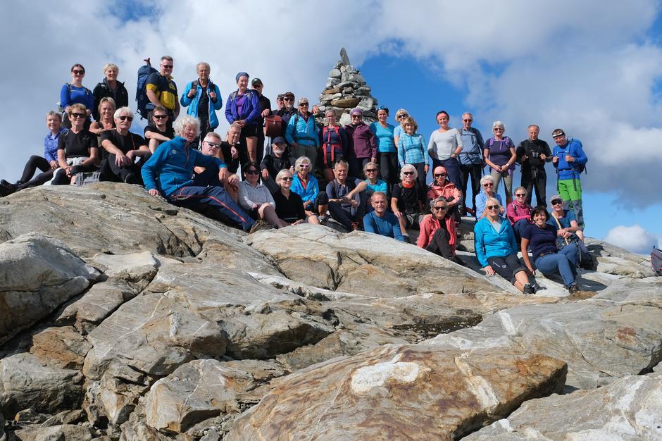 Alle deltakarane samla til felles fotografering ved Klokkeren, 1400 moh.