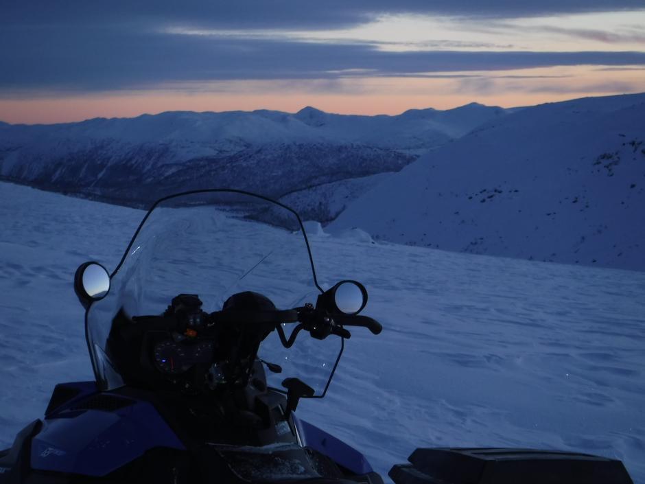 På toppen av Tørvedalen ved Steintjønni og utsikt mot Svorvaren i sørvest.