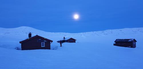 Fullmåne over Bjellåvasstua