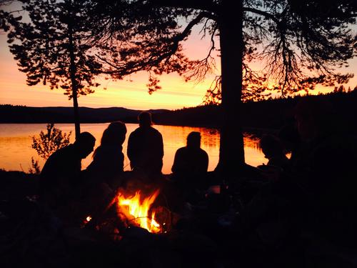 Dette bilde er fra en kanotur fra Femunden til Røros i september. Her har vi slått leir ved Håsjøen, og nyter en fantastisk solnedgang ved bålet mens vi inntar dagens middag. Privilegert som får oppleve slike middagsstunder.