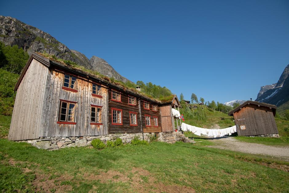 Lufting av dyner på Gammelhytta i Innerdalen